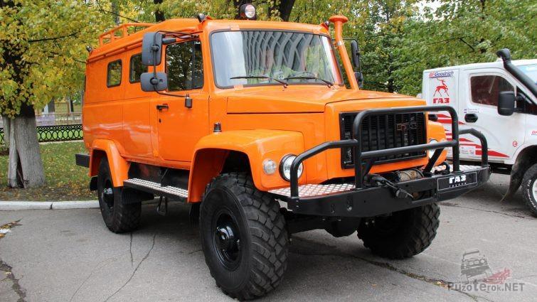 Оранжевый грузовик Вепрь на тротуаре