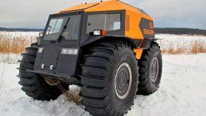 Оранжевый снегоболотоход на зимнем поле