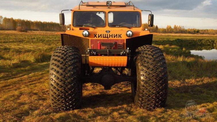 Оранжевый вездеход Хищник на болотистой местности