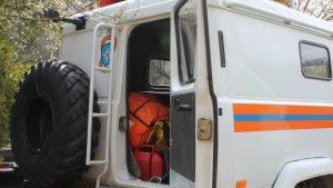 Открытая задняя дверца служебной машины МЧС
