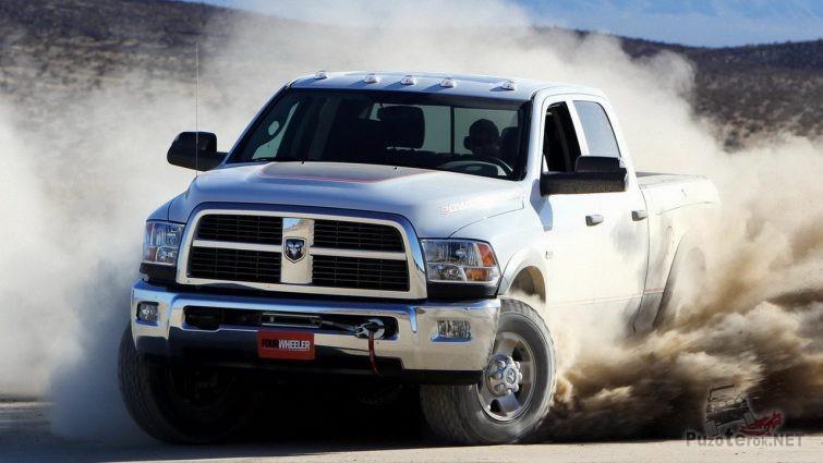 Пикап Dodge Ram поднял облако пыли при повороте