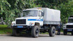 Полицейский грузовик на дороге