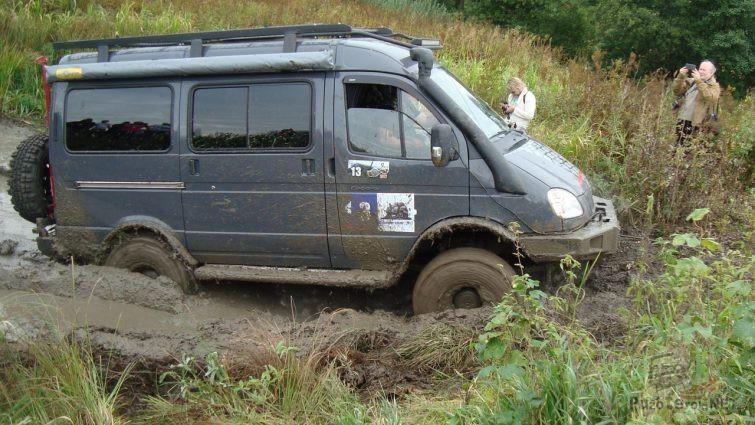 Полноприводный Соболь пытается выбраться из грязи