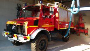Пожарная машина на базе Унимога в гараже