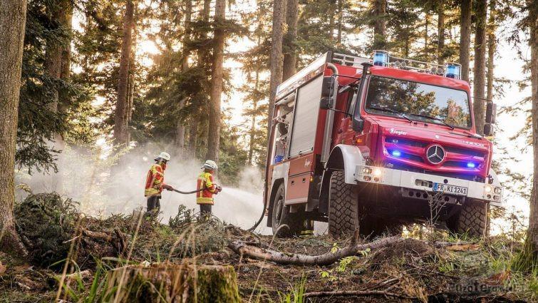 Пожарные с Унимогом тушат пожар в лесу