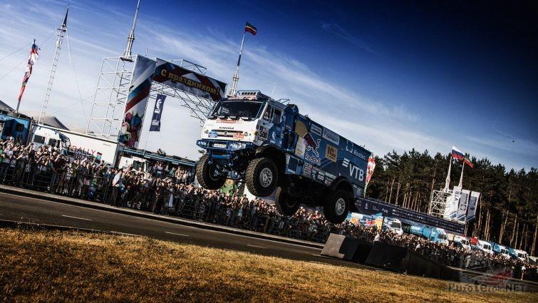 Прыжок грузовика с трамплина перед публикой