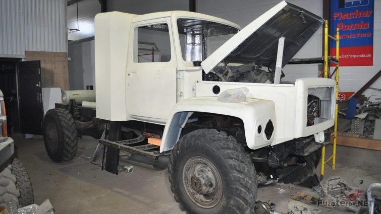 Разобранный грузовик Садко в гараже