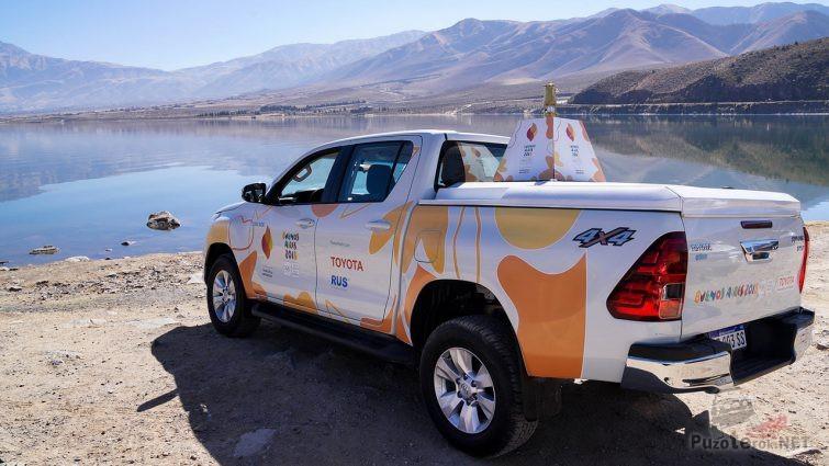Разрисованная Toyota Hilux на берегу реки в солнечную погоду