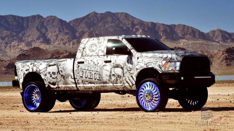 Разрисованный Dodge Ram с необычными дисками на фоне гор