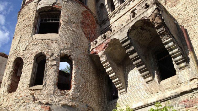 Разрушающаяся башня и балкон замка Храповицкого