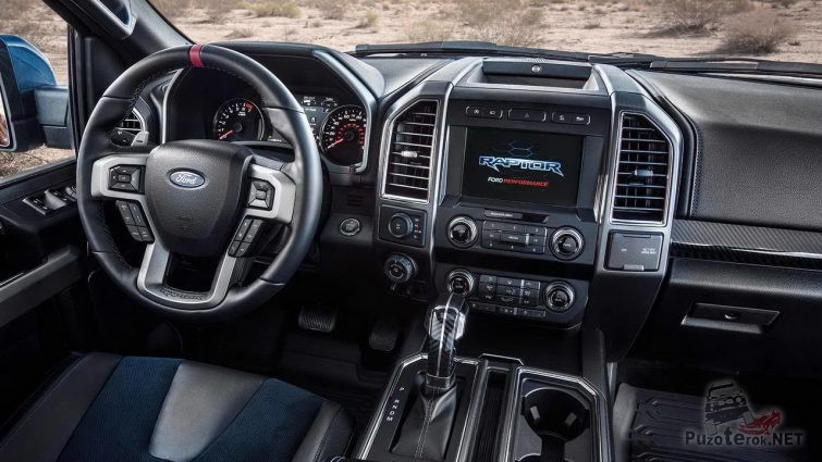 Салон пикапа Ford Раптор в тёмных цветах