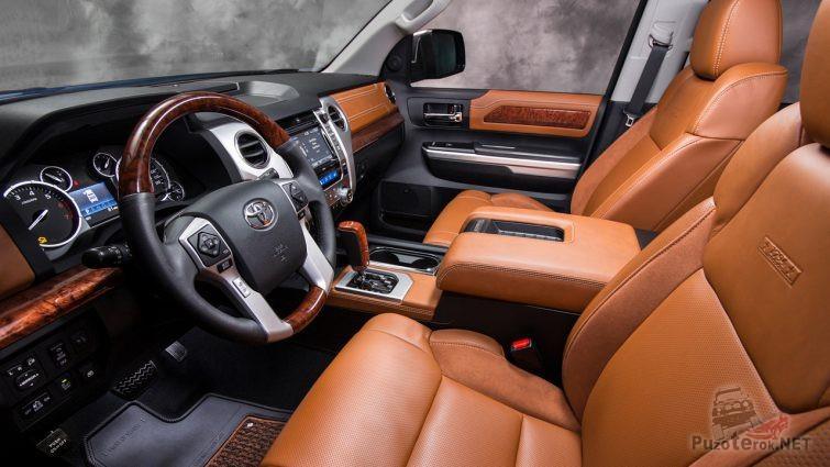 Салон пикапа Toyota Tundra сбоку