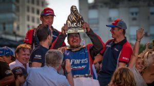 Счастливый Сергей Карякин держит в руках приз за победу