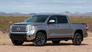 Серая Toyota Tundra на песчаной местности