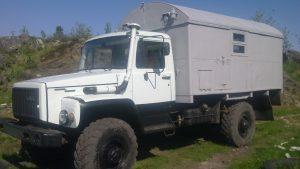 Серый кунг на грузовике Садко в горной местности