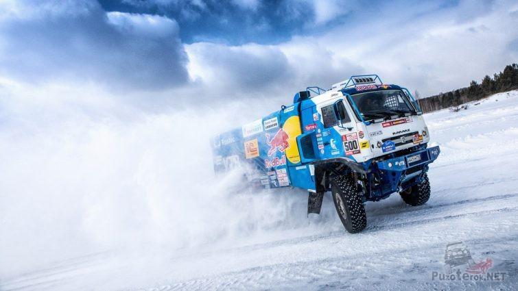 Сине-белый грузовик поднял клубы снега