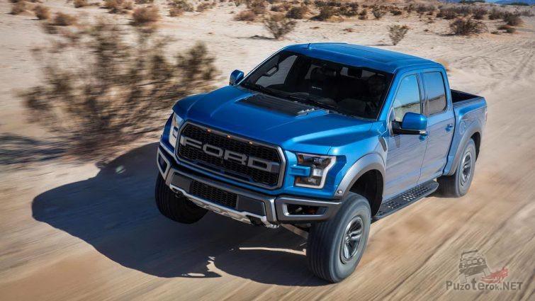 Синий Ford Раптор в движении в саванне