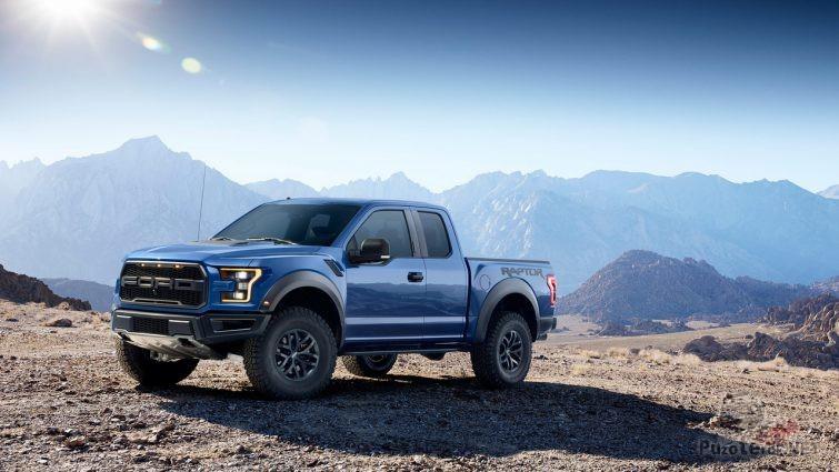 Синий Ford Раптор в горной местности