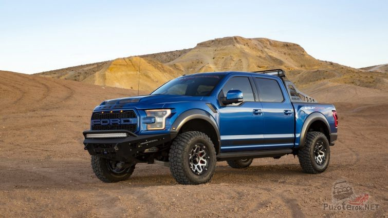 Синий пикап с усиленным бампером в пустыне