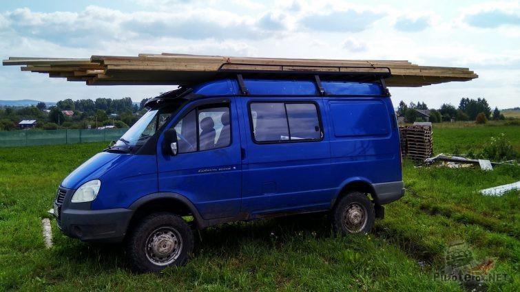 Синий полноприводный Соболь с досками на крыше
