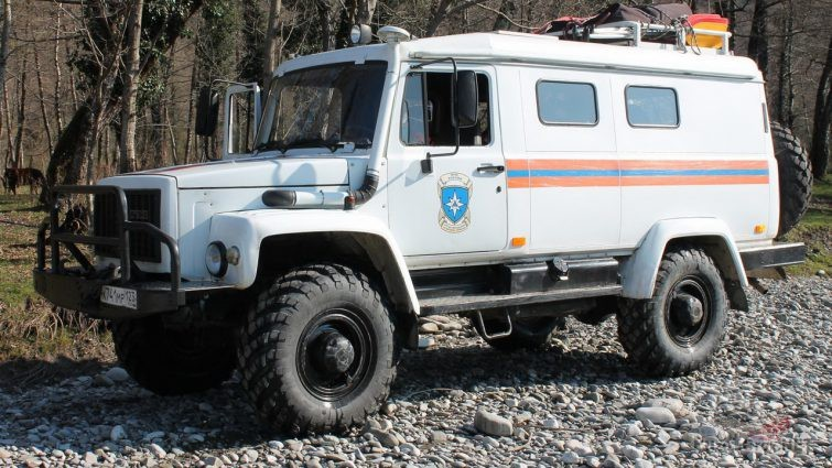 Служебный автомобиль МЧС грузового типа на гравийке
