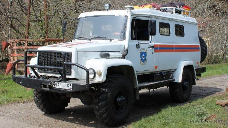 Служебный грузовик МЧС на тропинке