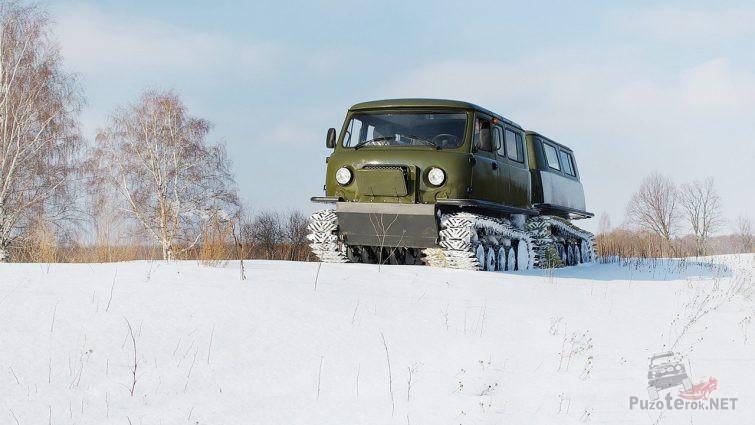 Снегоболотоход едет по зимнему полю