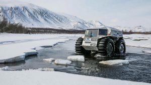 Снегоболотоход передвигается по льдинам