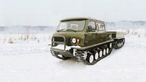 Снегоболотоход с прицепом на зимней дороге