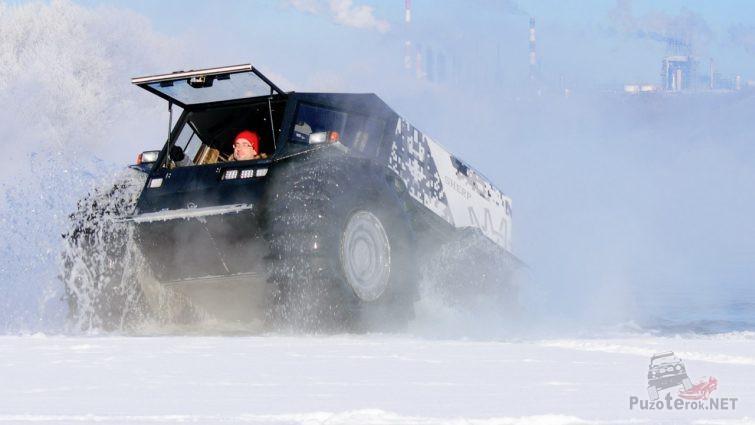 Снежная пурга от проезжающего снегоболотохода
