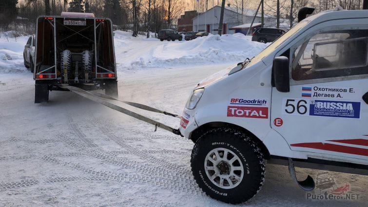 Спортивного Соболя буксируют по зимней дороге