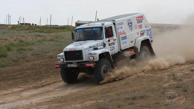Спортивный грузовик ГАЗ Садко на гоночной трассе