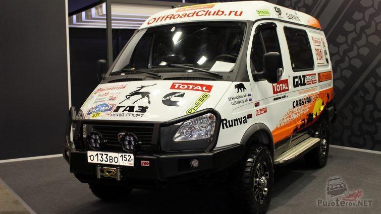 Спортивный грузовой автомобиль в выставочном павильоне