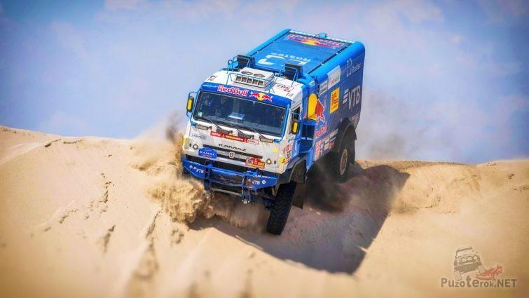 Спуск с песчаной горы грузовика Камаз