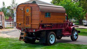 Старинный грузовик оборудован деревянным кемпером