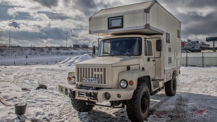 Светлый автодом на снегу