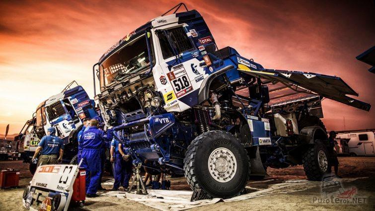 Техники ремонтируют гоночные грузовики