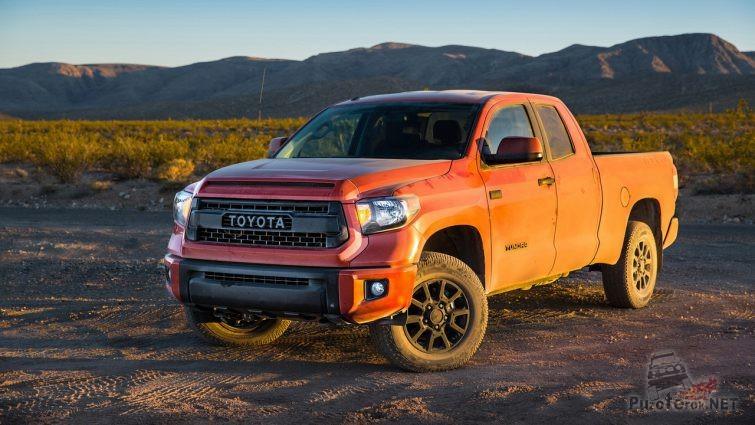 Toyota Tundra на песке на закате