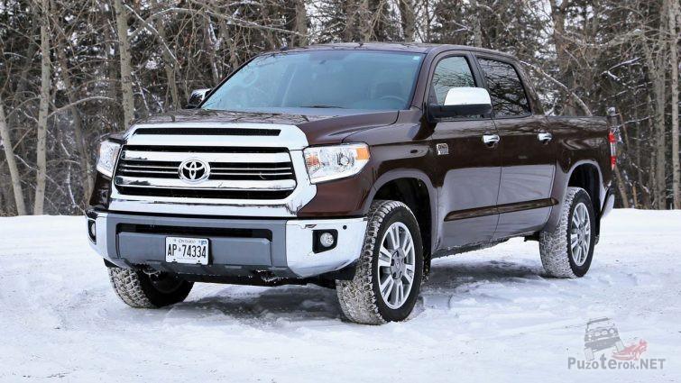 Toyota Tundra шоколадного цвета на снегу