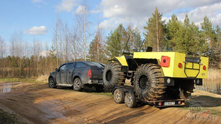 Транспортировка жёлтого болотохода на прицепе
