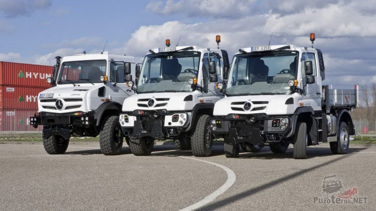 Три грузовика Mercedes-Benz Unimog стоят в ряд