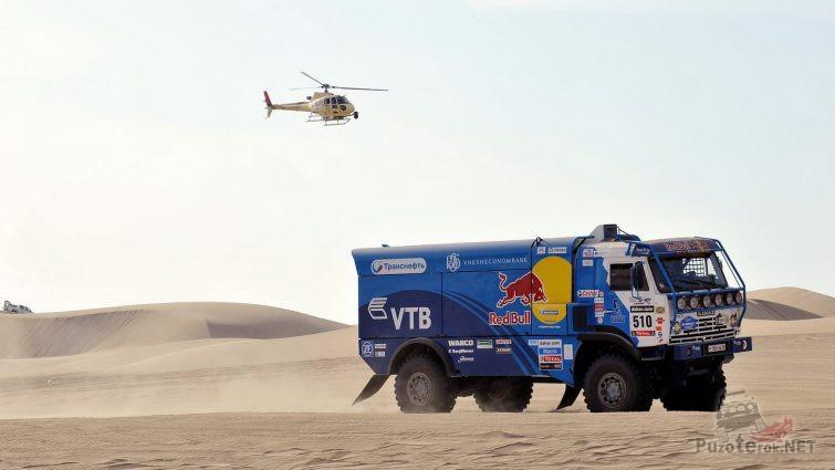 Вертолёт следит за движением грузовика в пустыне