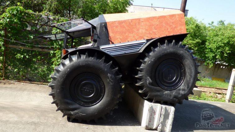 Вездеход Шерп преодолевает бетонное препятствие