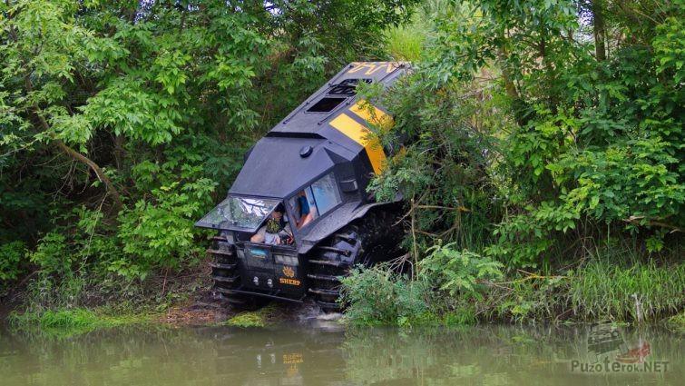 Вездеход Шерп спускается в реку
