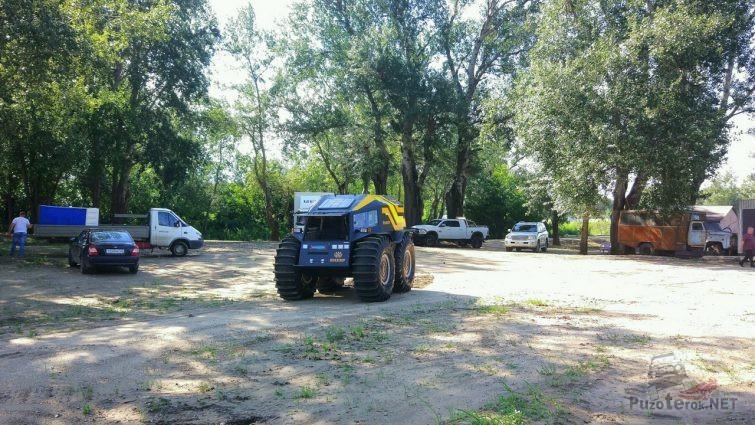 Вездеход Шерп в сельской местности среди машин