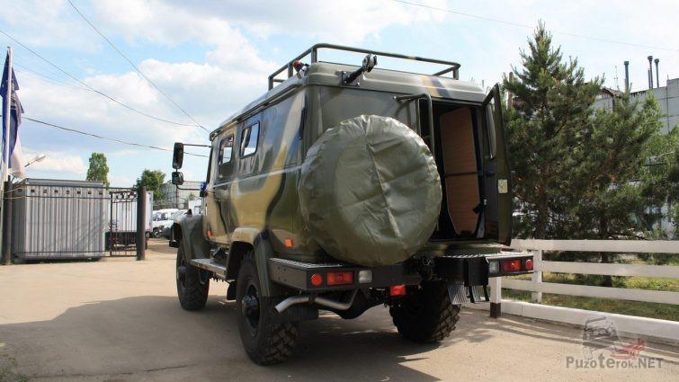 Вид сзади грузовика ГАЗ с открытой дверью