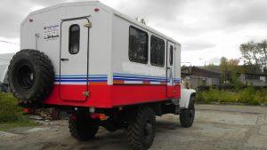 Вид сзади грузовика с фургоном в частном секторе
