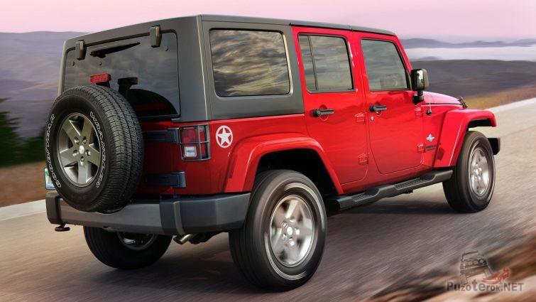 Виз сзади красного Jeep Wrangler в движении