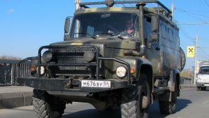 Водитель за рулём ГАЗ Вепрь едет по мосту