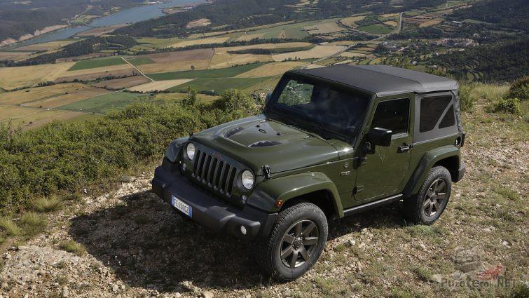 Военный Jeep Wrangler на вершине холма